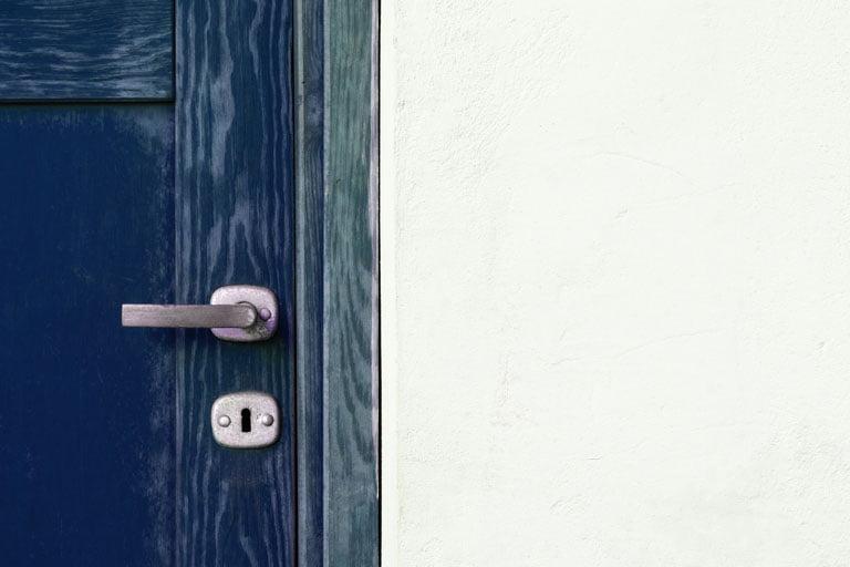 Fitting a lock in a Bristol door